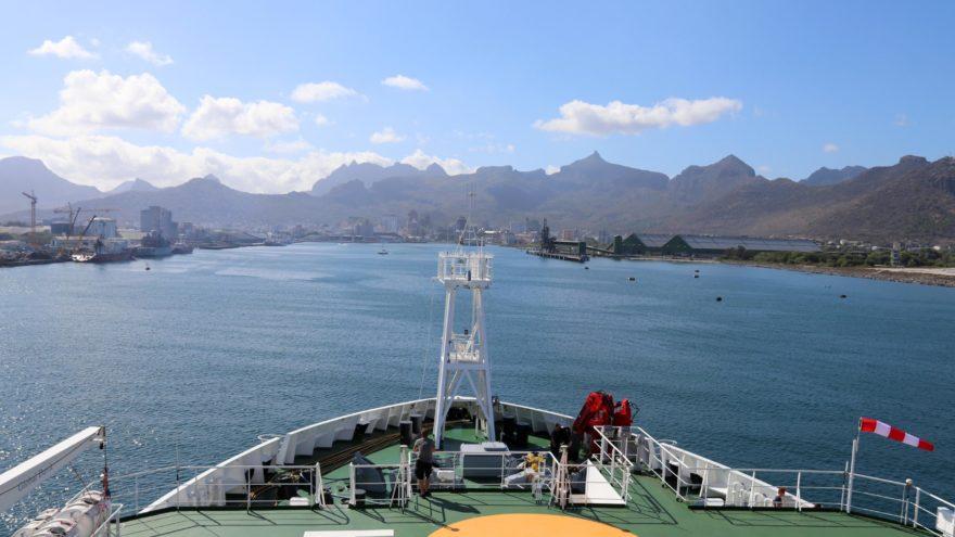 Das Forschungsschiff Sonne fährt in einen Hafen ein