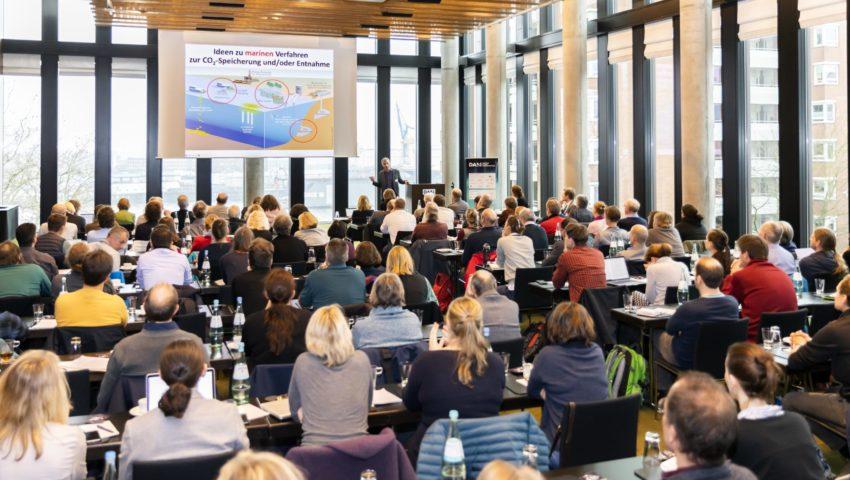 Andreas Oschlies hält einen Vortrag über die Deutsche Allianz Meeresforschung (DAM)