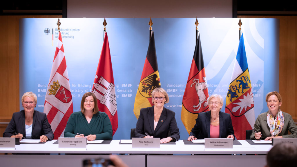 Signing of the agreement to establish the German Marine Research Alliance (DAM)