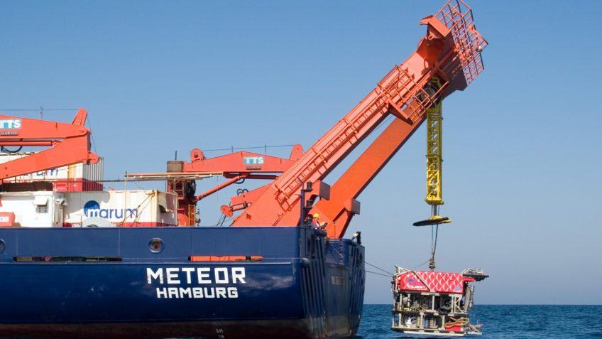 Ein Tauchfahrzeug wird vom Forschungsschiff Meteor ins Wasser gelassen