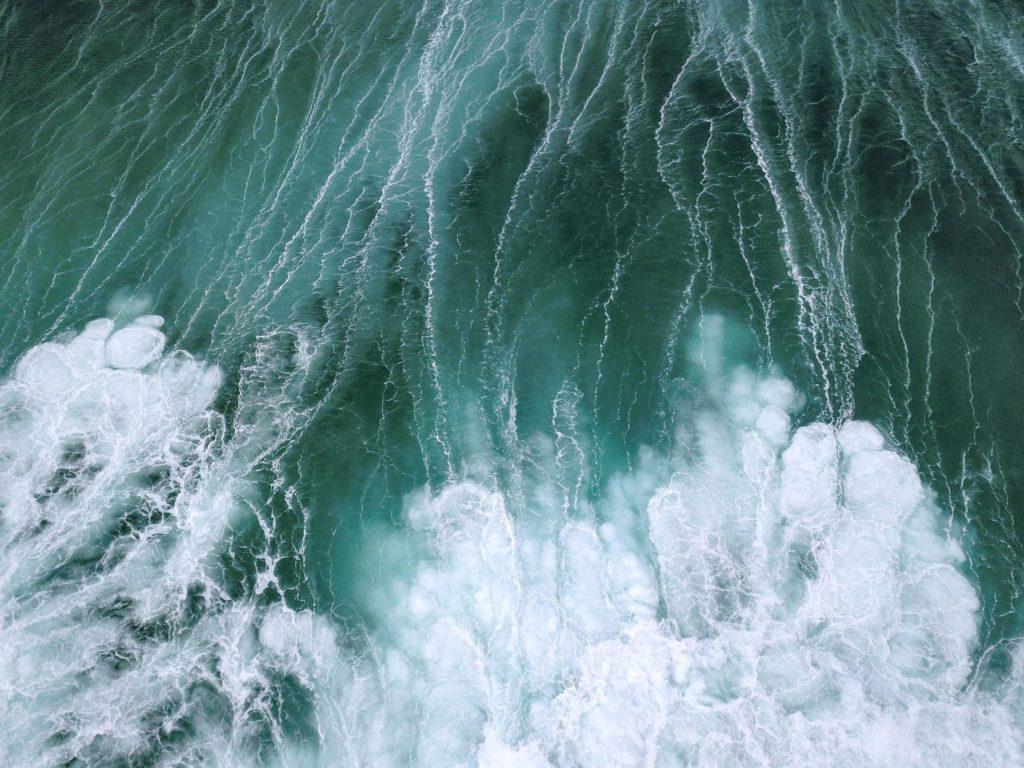 Aufgewühltes Wasser mit vielen Schaumkronen im Meer