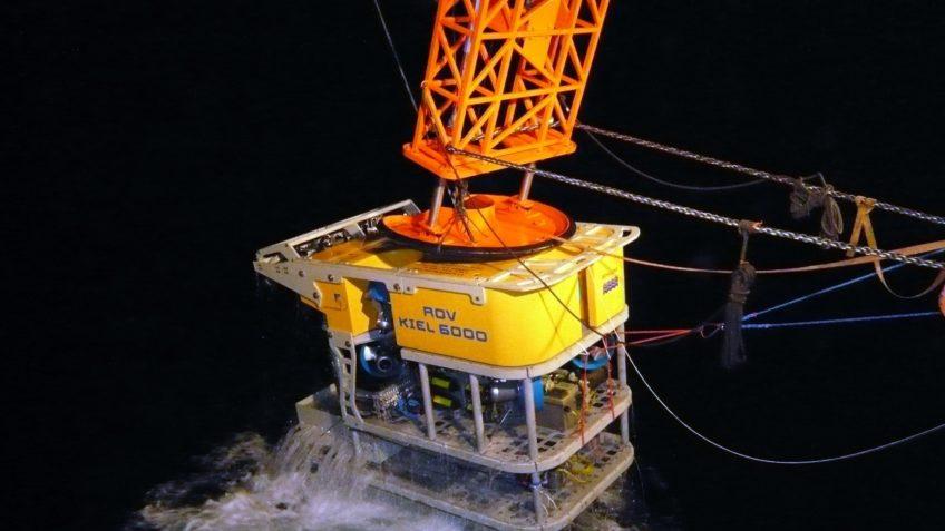 Der wissenschaftliche Tauchroboter ROV KIEL 6000 des GEOMAR wird von einem Forschungsschiff aus ins Meer abgesenkt