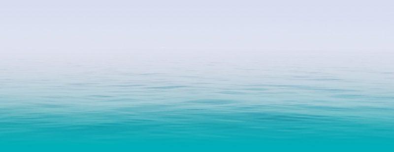 Ein türkises Meer mit sanften Wellen