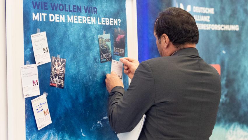 """Wunsch-Postkarte der Deutschen Allianz Meeresforschung (DAM) """"Wie wollen wir mit dem Meer leben?"""" Die Wünsche beziehen sich auf Nachhaltigkeit, Schutz, Nutzung, Forschung, Artenschutz, Biodiversität und Meere ohne Plastikmüll."""
