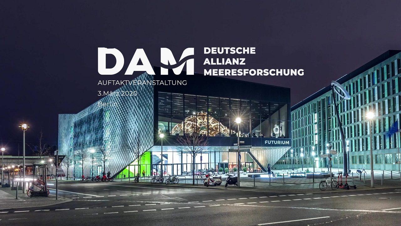 Die Deutsche Allianz Meeresforschung (DAM) stellt sich im FUTURIUM in Berlin der Öffentlichkeit vor. Zu sehen ist das Gebäude bei Nacht, in dem aktuelle Fragen Rund um die Meere und Ozeane besprochen wurden.