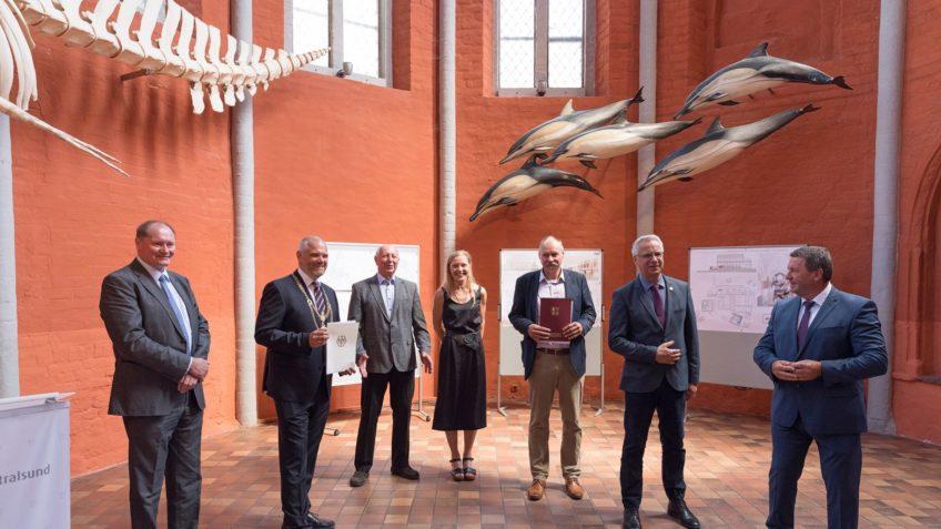 Meere Ozeane Offizielle Überreichung des Zuwendungsbescheids für die Modernisierung des MEERESMUSEUMS mit Modellen von Delfinen im Hintergrund