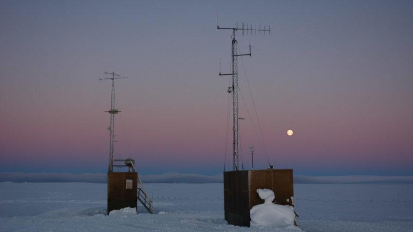40 Jahre AWI Zentrum für Polar- und Meeresforschung. Die Neumayer-Station II in der Antarktis mit Mond
