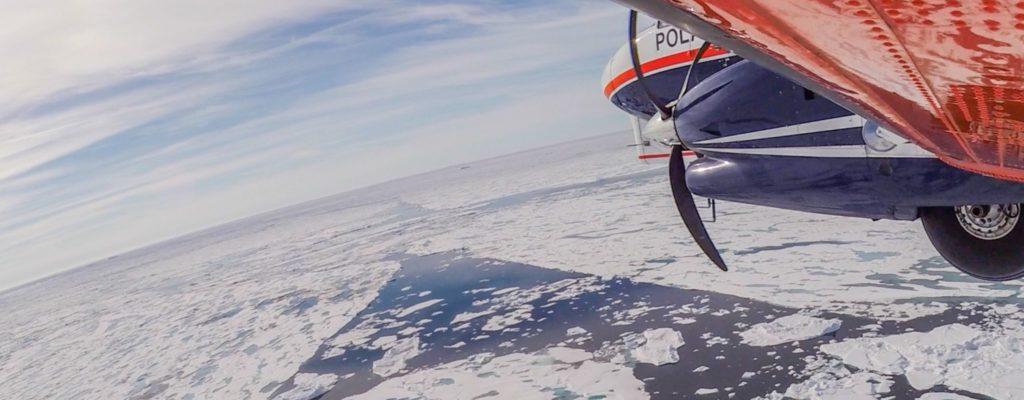 40 Jahre AWI Zentrum für Polar- und Meeresforschung. Ein Forschungsflugzeug fliegt über der Arktis.