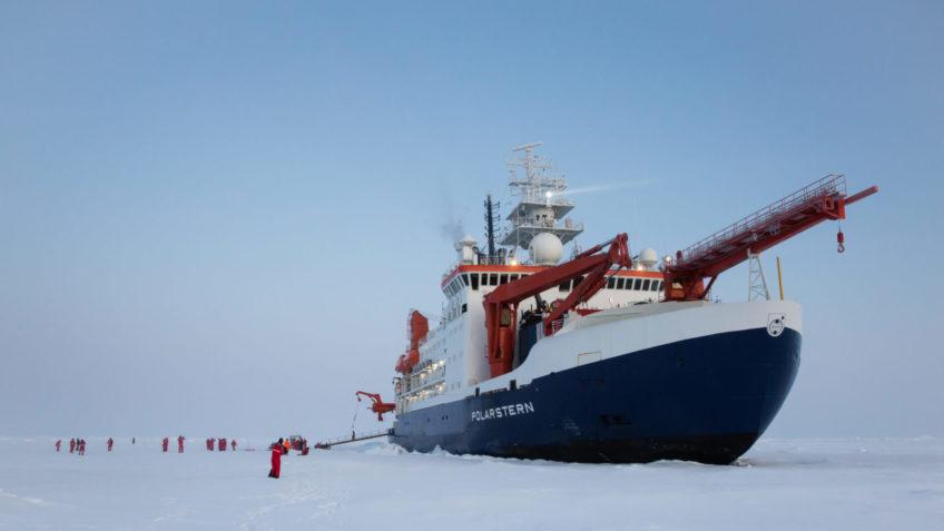 40 Jahre AWI Zentrum für Polar- und Meeresforschung. Die Polarstern an der MOSAiC-Scholle in der Zentralen Arktis