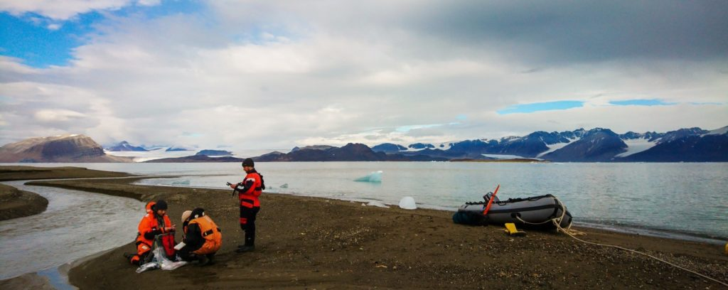 Polarforschung Expedition Spitzbergen Polarforscher und -forscherinnen vom HZG und AWI nehmen Wasser- und Sedimentproben auf Spitzbergen