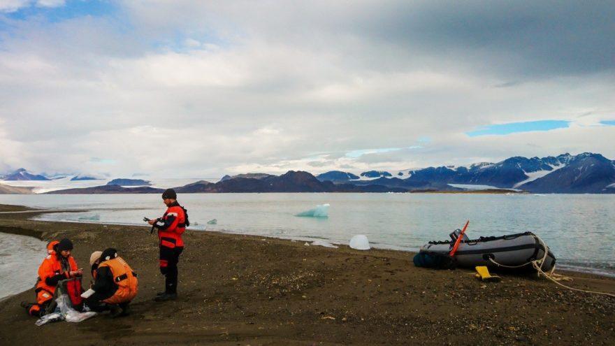 Polarforscher und -forscherinnen vom HZG und AWI nehmen Wasser- und Sedimentproben auf Spitzbergen