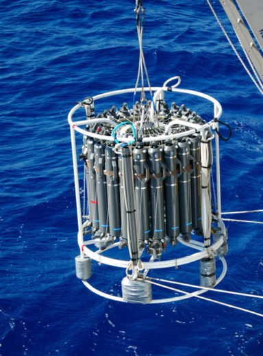 Mit einer solchen CTD-Rosette werden Wasserproben aus dem Ozean genommen