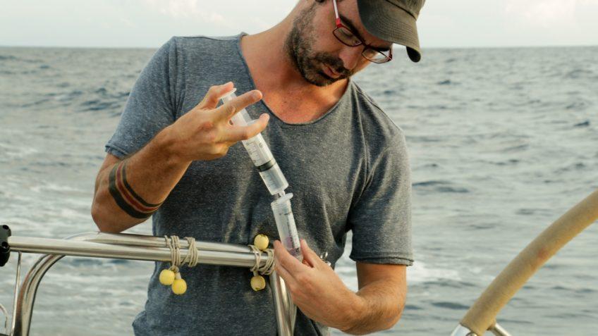 Dr. Mario Lebrato nimmt Meerwasserproben