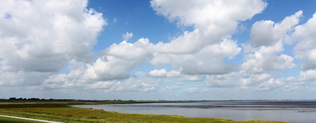 Wolken über Küste am Meer in Norddeutschland