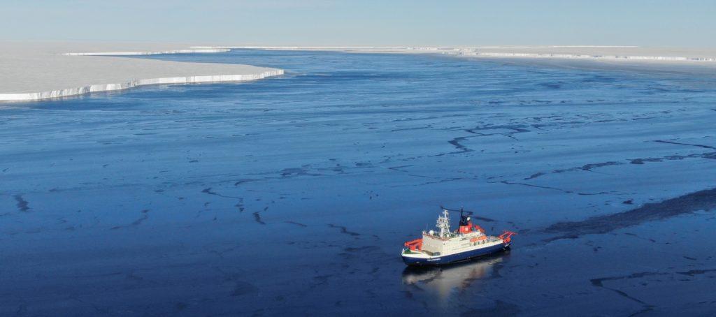 Forschungsschiff Polarstern vor dem Eisberg A74