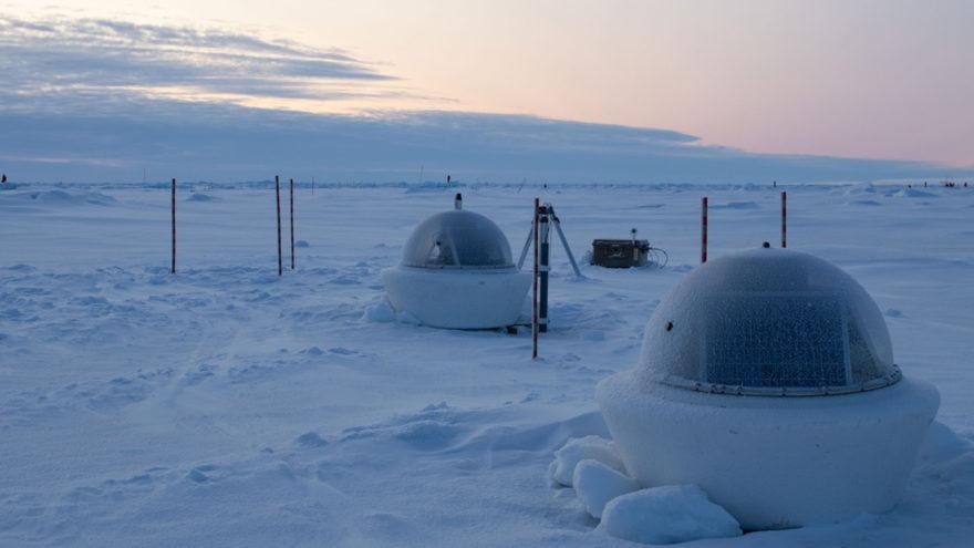 Zwei Messbojen im arktischen Meereis