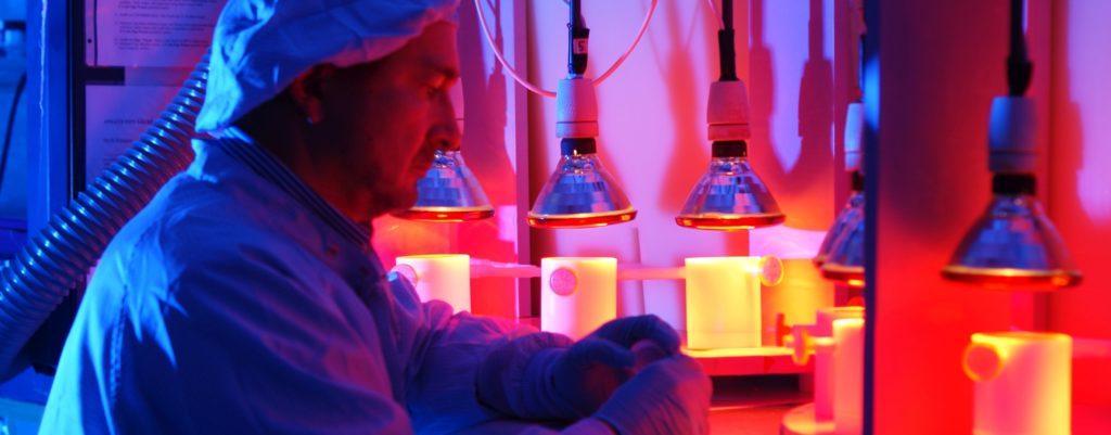 Ein Mann mit Laborkittel im Labor bei der Arbeit